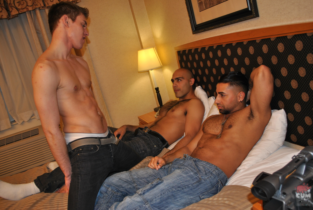 hot guys in tats threeway suck